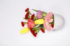 Bouquet de fleur dans une tasse bleue Photo stock