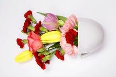 Bouquet de fleur dans une tasse bleue Photo libre de droits