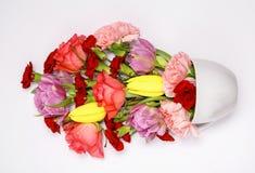 Bouquet de fleur dans une tasse bleue Images stock