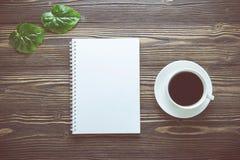 Bouquet de fleur et carnet vide de journal intime et une tasse de café sur la table en bois rustique Photo stock