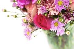 Bouquet de fleur fraîche dans un choc en verre Photos stock