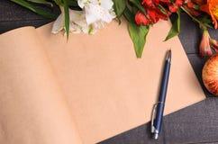 Bouquet de fleur de lettre d'amour, l'espace libre Images stock