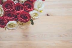 Bouquet de fleur rose artificielle sur la planche en bois Vue supérieure Photographie stock libre de droits