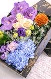 Bouquet de fleur sur la boîte noire  Images stock