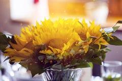 Bouquet de fleur sur le Tableau de mariage Photographie stock