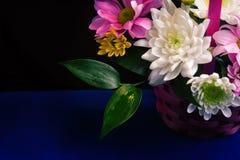 Bouquet de fleurs et de feuilles Image stock