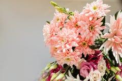 Bouquet de floraison tendre très beau d'hortensia frais, eustoma, roses, fleurs d'eucalyptus dans rose et crème en pastel photo libre de droits