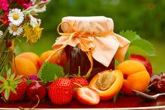 Bouquet de fruit et de fleur Image stock