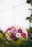 Bouquet de jeune mariée dans l'herbe Photos stock