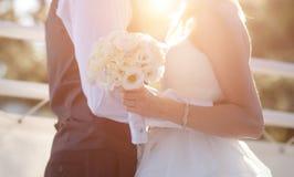 Bouquet de jeune mariée, de marié et de mariage dans le jour du mariage Images libres de droits