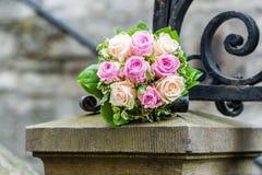 Bouquet de jeune mariée sur le poteau en pierre image libre de droits