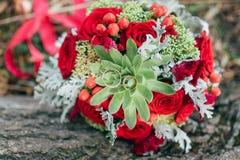 Bouquet de la jeune mariée dans les mains des anneaux de mariage Photos stock