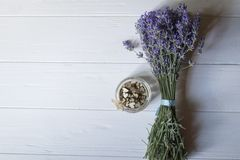 Bouquet de lavande et de coeurs en bois d'amour sur une table en bois blanche Photos stock