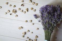 Bouquet de lavande et de coeurs en bois d'amour sur une table en bois blanche Images libres de droits