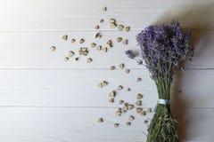 Bouquet de lavande et de coeurs en bois d'amour sur une table en bois blanche Image libre de droits