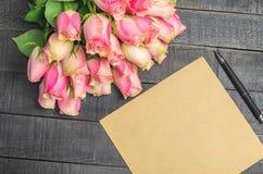 Bouquet de lettre d'amour des roses roses, l'espace libre Photos libres de droits