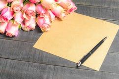 Bouquet de lettre d'amour des roses roses, l'espace libre Photo libre de droits