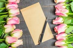 Bouquet de lettre d'amour des roses roses, l'espace libre Photographie stock