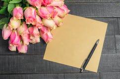 Bouquet de lettre d'amour des roses roses, l'espace libre Image libre de droits