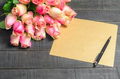Bouquet de lettre d'amour des roses roses, l'espace libre Image stock
