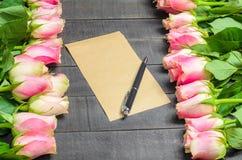 Bouquet de lettre d'amour des roses, de l'espace libre et du stylo roses Images libres de droits