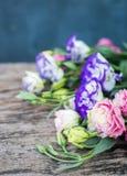 Bouquet de Lisianthus sur une table en bois Images stock
