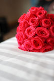 Bouquet de luxe de mariage avec le fond de tache floue photographie stock libre de droits