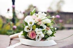 Bouquet de luxe de mariage Le concept du mariage et de l'amour accessoires pour juste le plan rapproché marié de cérémonie Fleurs Images stock