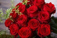Bouquet de luxe fait de roses rouges dans le bouquet de valentines de fleuriste des roses rouges Photo libre de droits