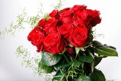 Bouquet de luxe fait de roses rouges dans le bouquet de valentines de fleuriste des roses rouges Photographie stock libre de droits