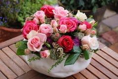 Bouquet de luxe fait de roses rouges dans le bouquet de valentines de fleuriste des roses rouges Photos stock