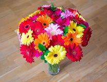 Bouquet de marguerite de Gerbera dans le vase en verre images libres de droits