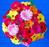Bouquet de marguerite de Gerbera dans le vase en verre photographie stock libre de droits