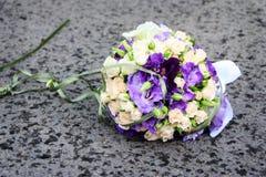 Bouquet de mariée au sol Images libres de droits