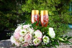 Bouquet de mariée et de glaces avec le champagne Images stock