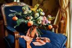 Bouquet de mariage à la chaise Photographie stock