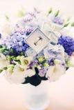 Bouquet de mariage avec des anneaux Image libre de droits