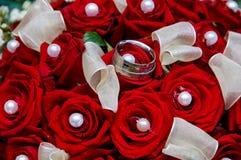 Bouquet de mariage avec des anneaux Photo stock