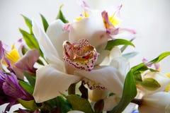 Bouquet de mariage avec des anneaux photos stock