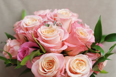 Bouquet de mariage avec des boucles de mariage Photographie stock