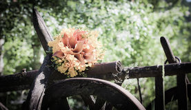 Bouquet de mariage avec des fleurs de fresia Photos libres de droits