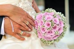 Bouquet de mariage avec des mains Photo libre de droits