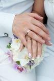 Bouquet de mariage avec des mains et des anneaux Photos stock