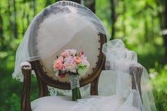 Bouquet de mariage avec des roses et d'autres fleurs sur le fauteuil Images libres de droits