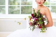 Bouquet de mariage avec les fleurs et l'houblon succulents Photo libre de droits