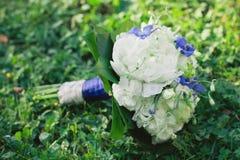 Bouquet de mariage avec les pivoines blanches Image stock
