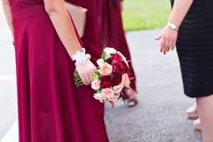Bouquet de mariage d'une jeune mariée et d'une demoiselle d'honneur Images stock