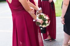 Bouquet de mariage d'une jeune mariée et d'une demoiselle d'honneur Photographie stock
