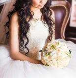 Bouquet de mariage dans des mains de mariées Image stock