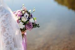 Bouquet de mariage dans des mains du ` s de jeune mariée photos libres de droits